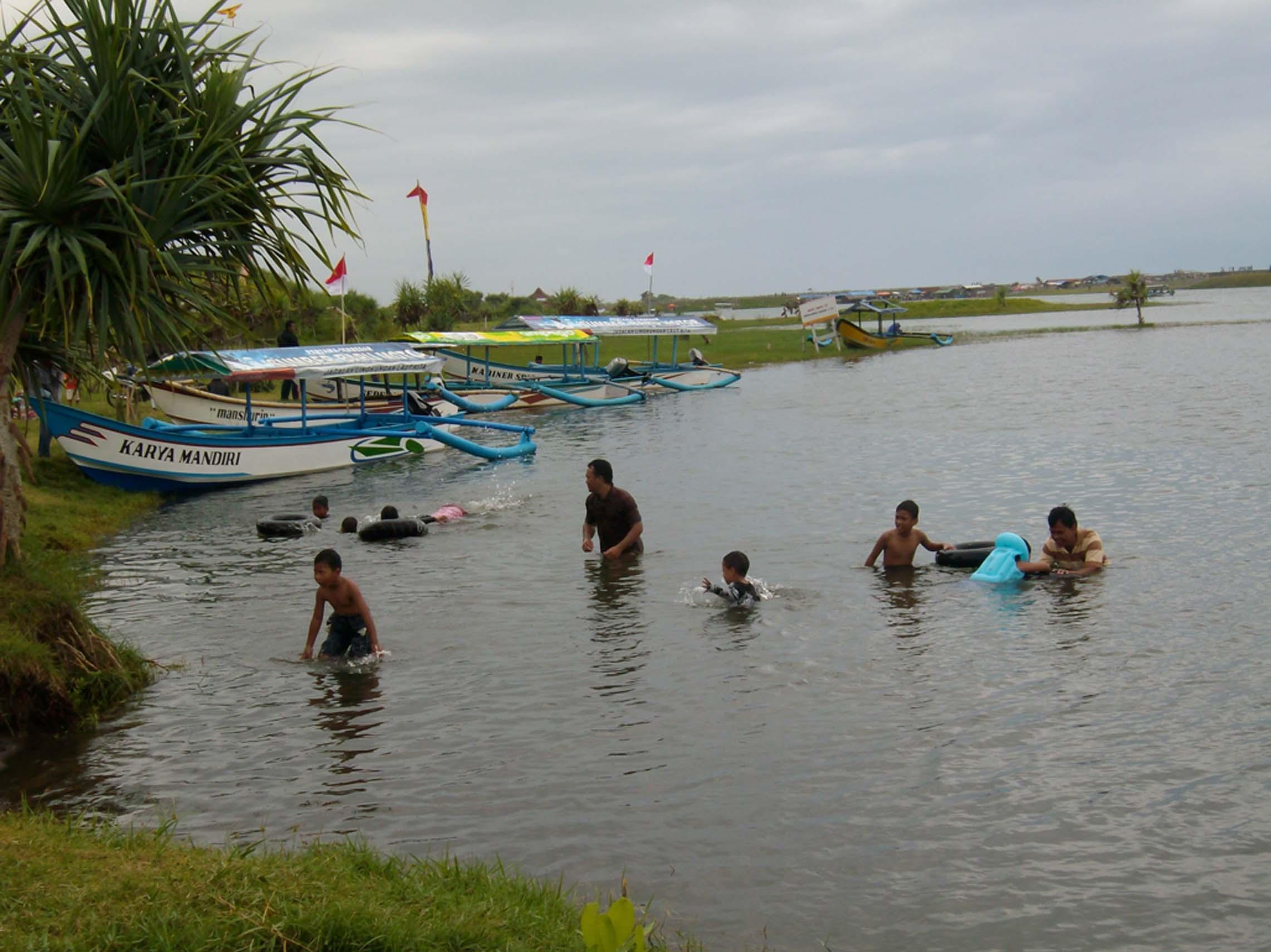 laguna pantai glagah - anak anak berenang