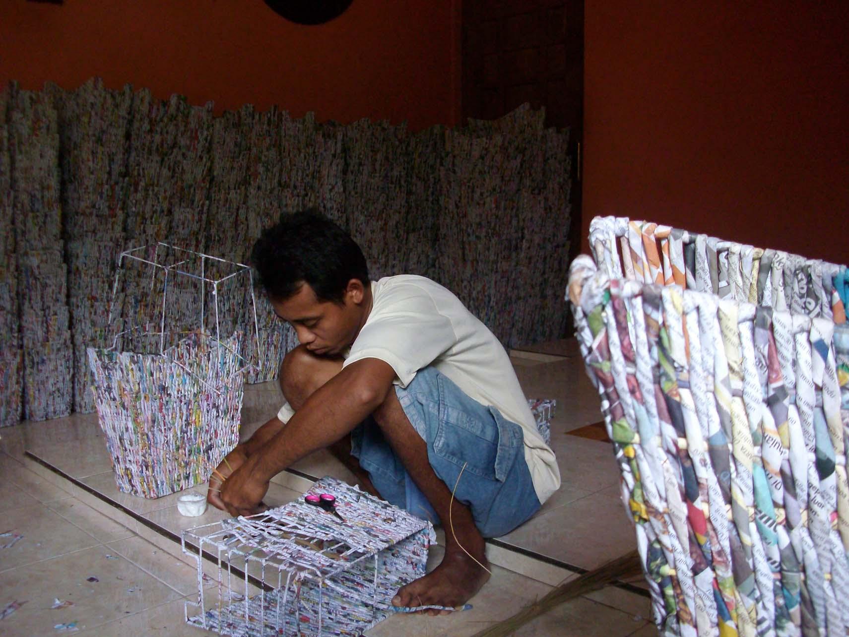 Kreasi : Kertas bekas tabloid dijadikan bahan kerajinan anyaman yang
